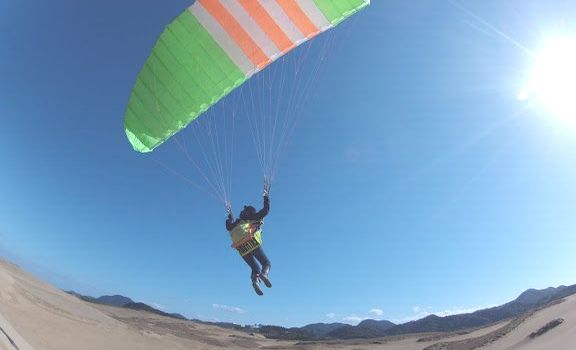 鳥取砂丘の高台からパラグライダーの飛行