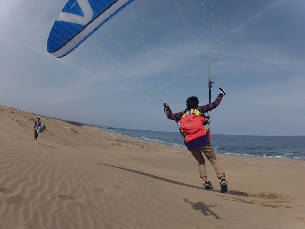 春休みで鳥取砂丘のパラグライダーに挑戦する学生さんたち