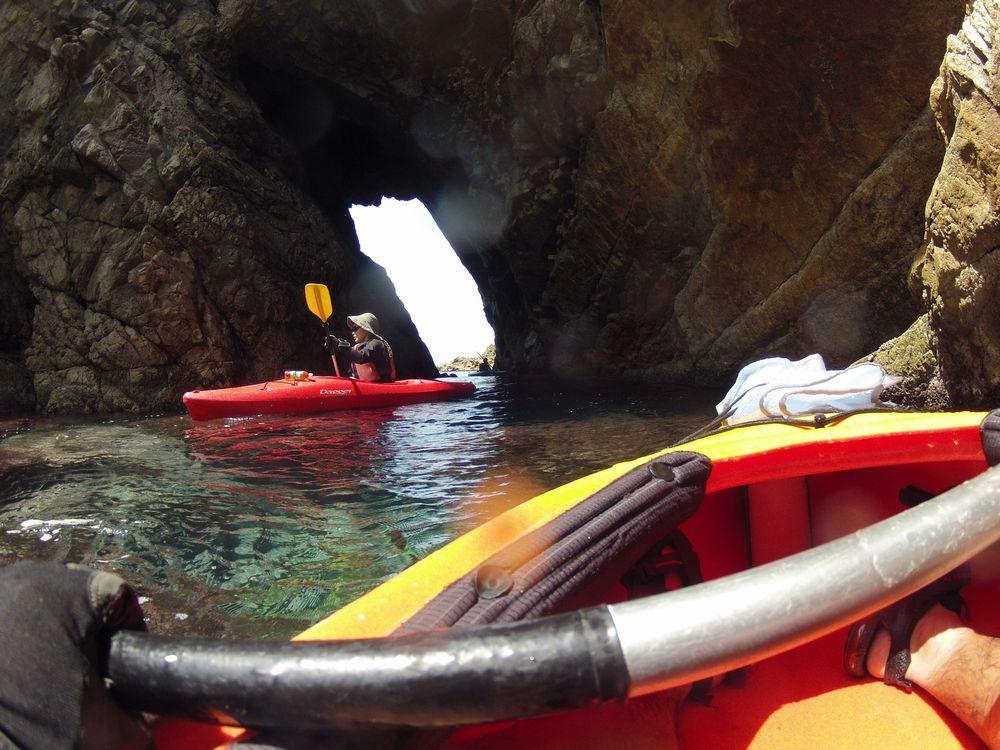 山陰海岸に多いリアス式海岸をカヌーで探検する