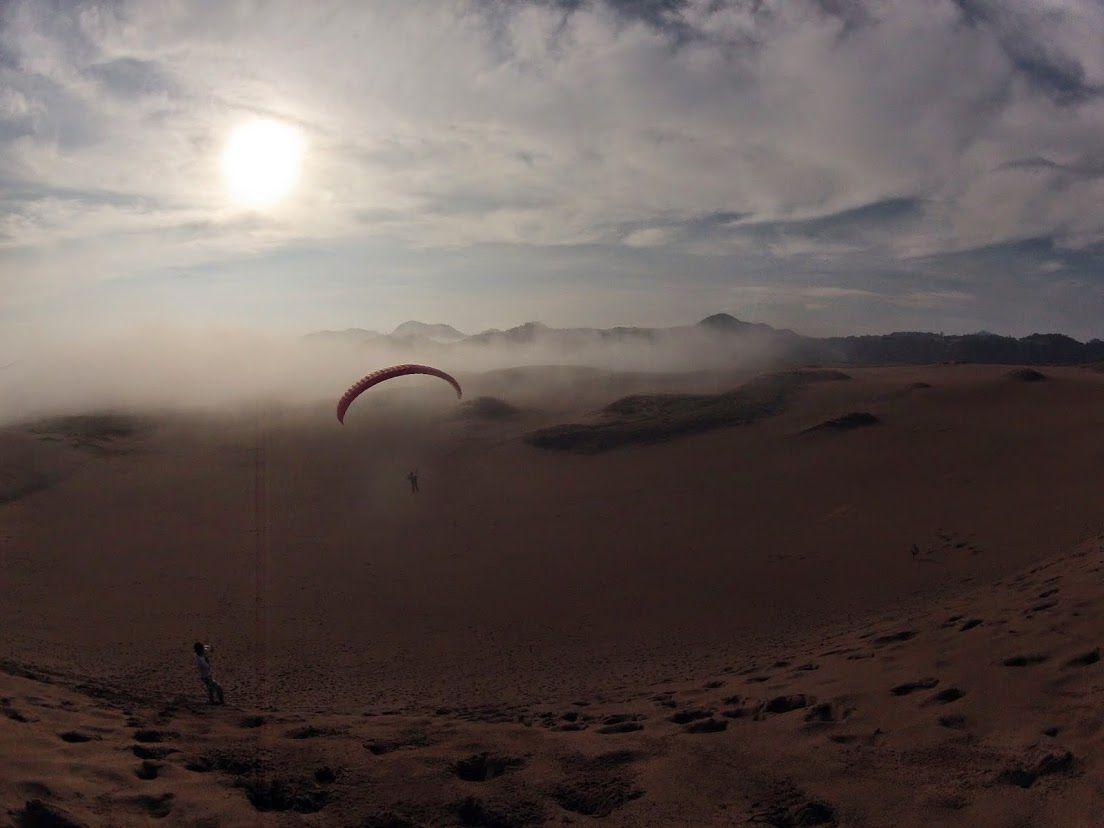 霧のパラグライダー