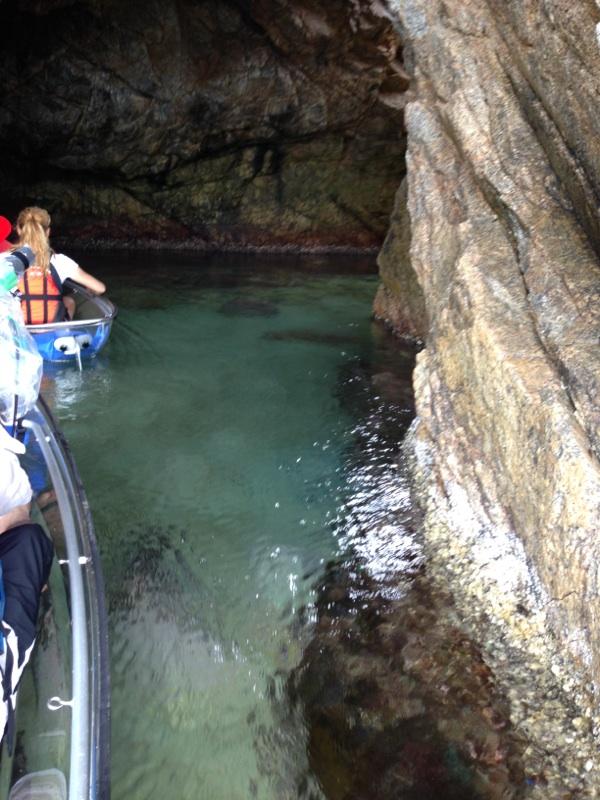 菜種島の洞門内を進むクリアーカヤック