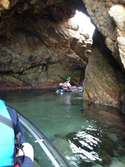 城原海岸の菜種島の洞門をクリアーカヤックでくぐる