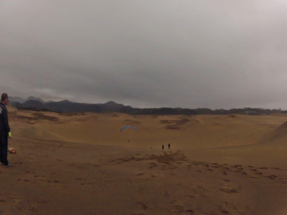 砂丘の懐に向かってフライト