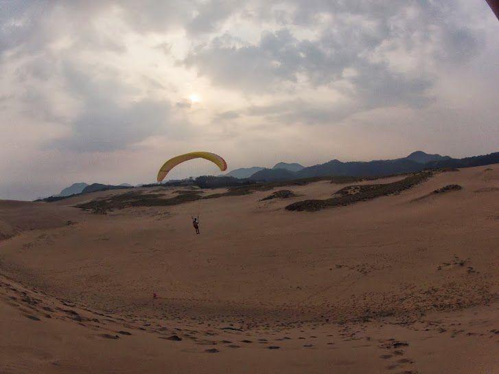 朝の砂丘パラグライダー