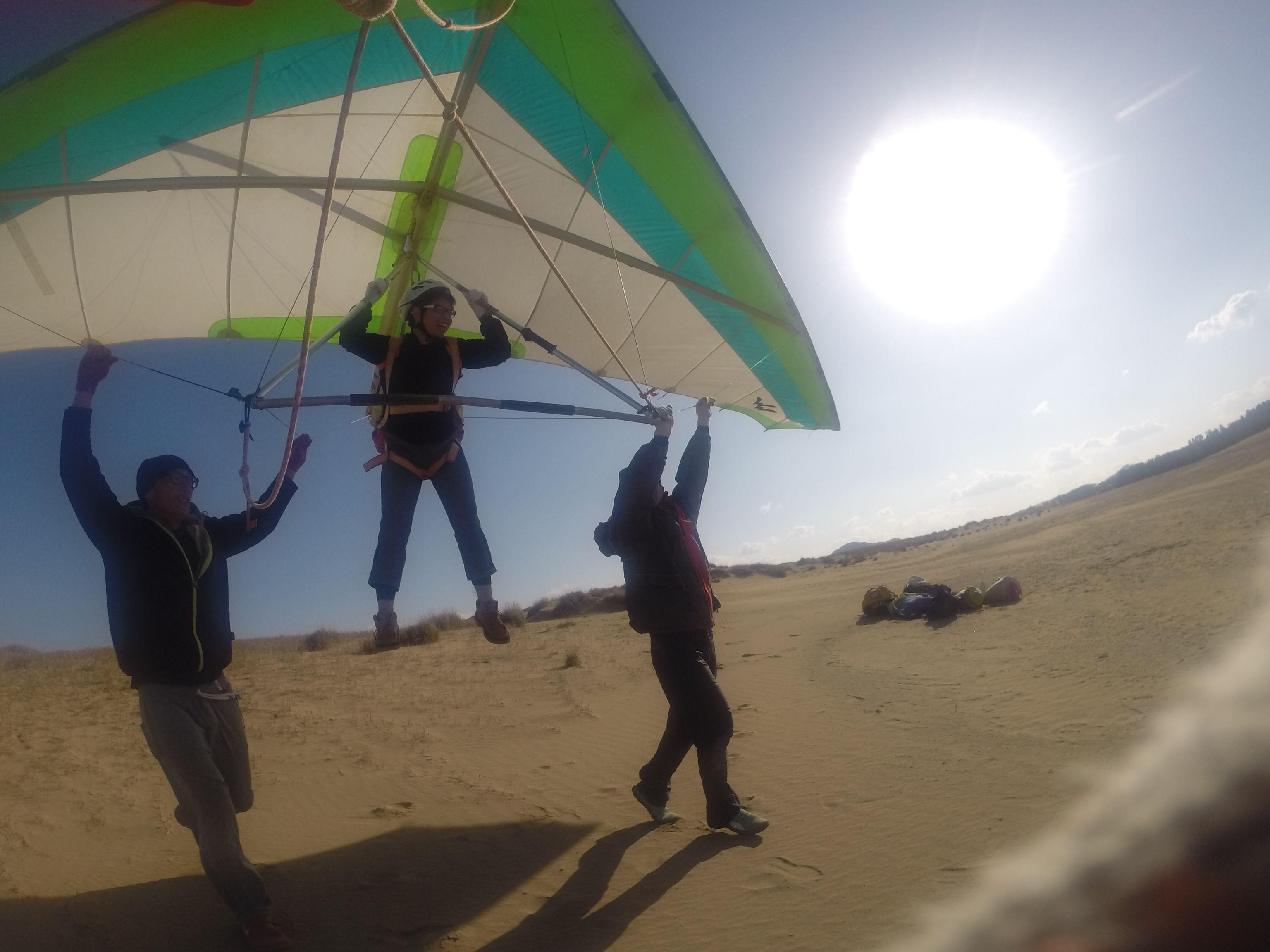 西風を受けて、爽快にハンググライダーで飛ぶ
