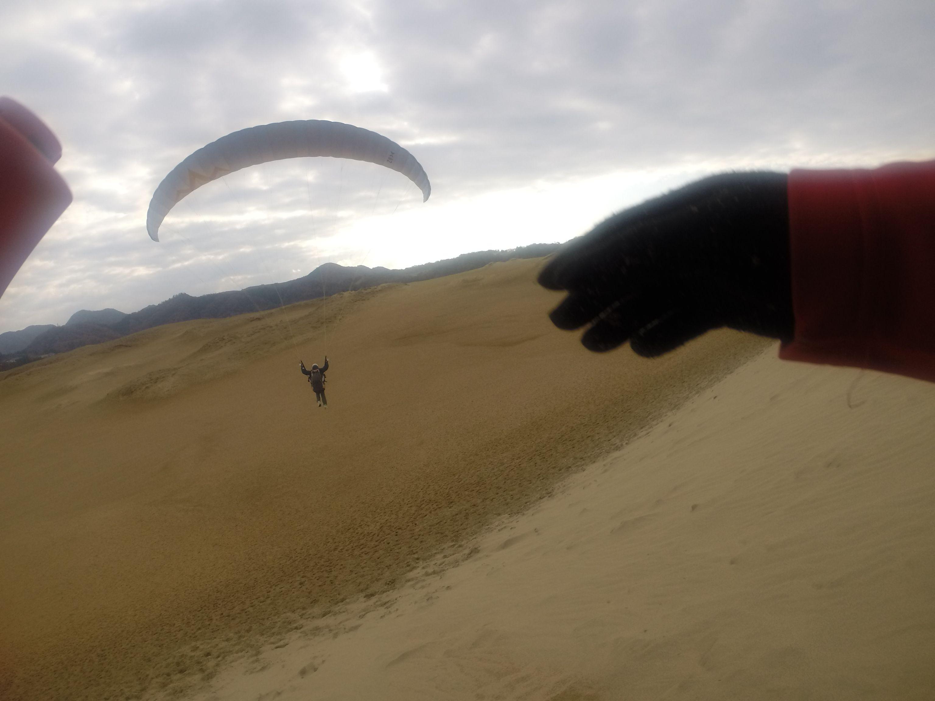 いきなり大きな落差から飛び出すパラグライダー