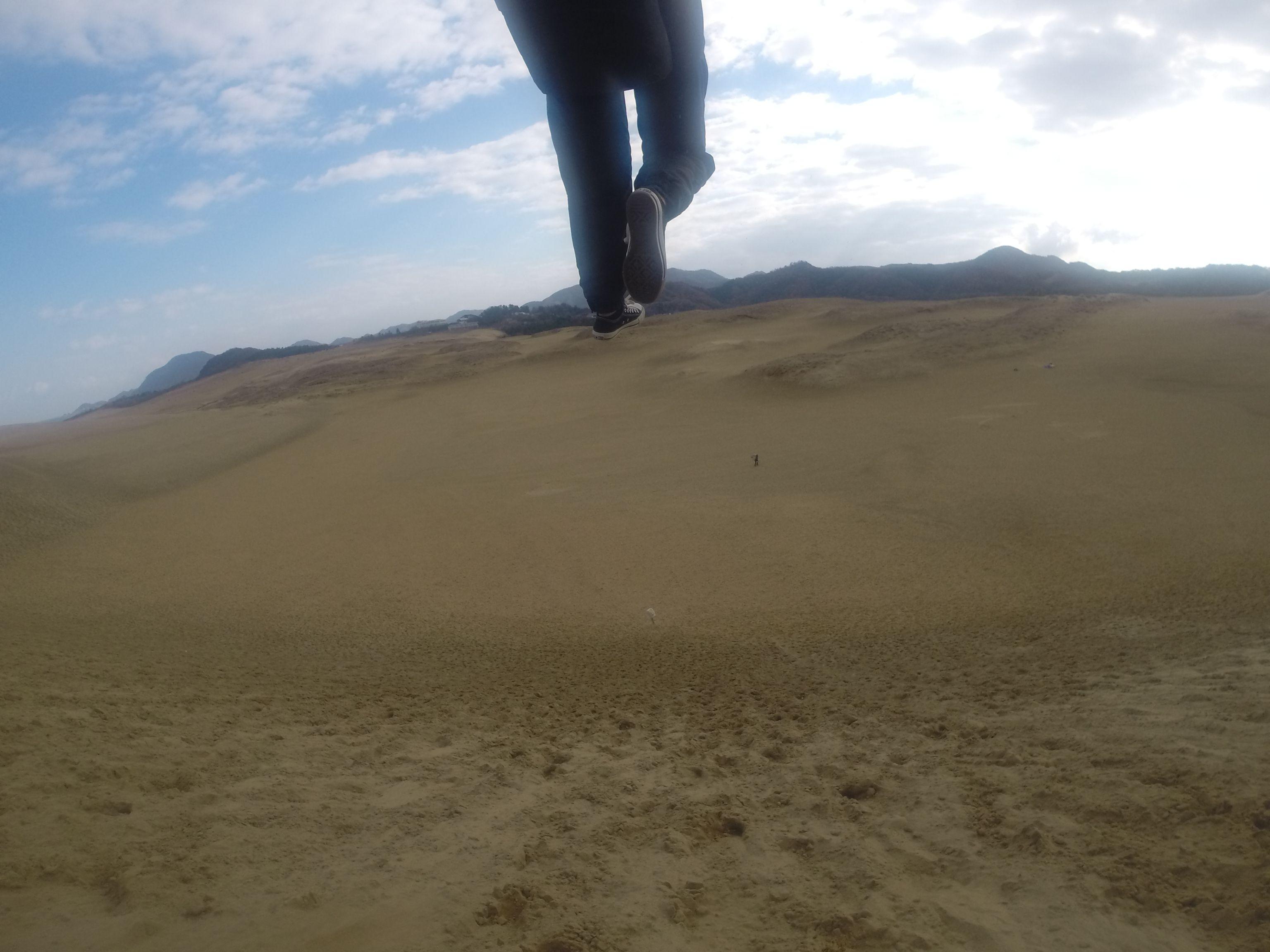 巨大な砂丘の大空間に向かってスタート