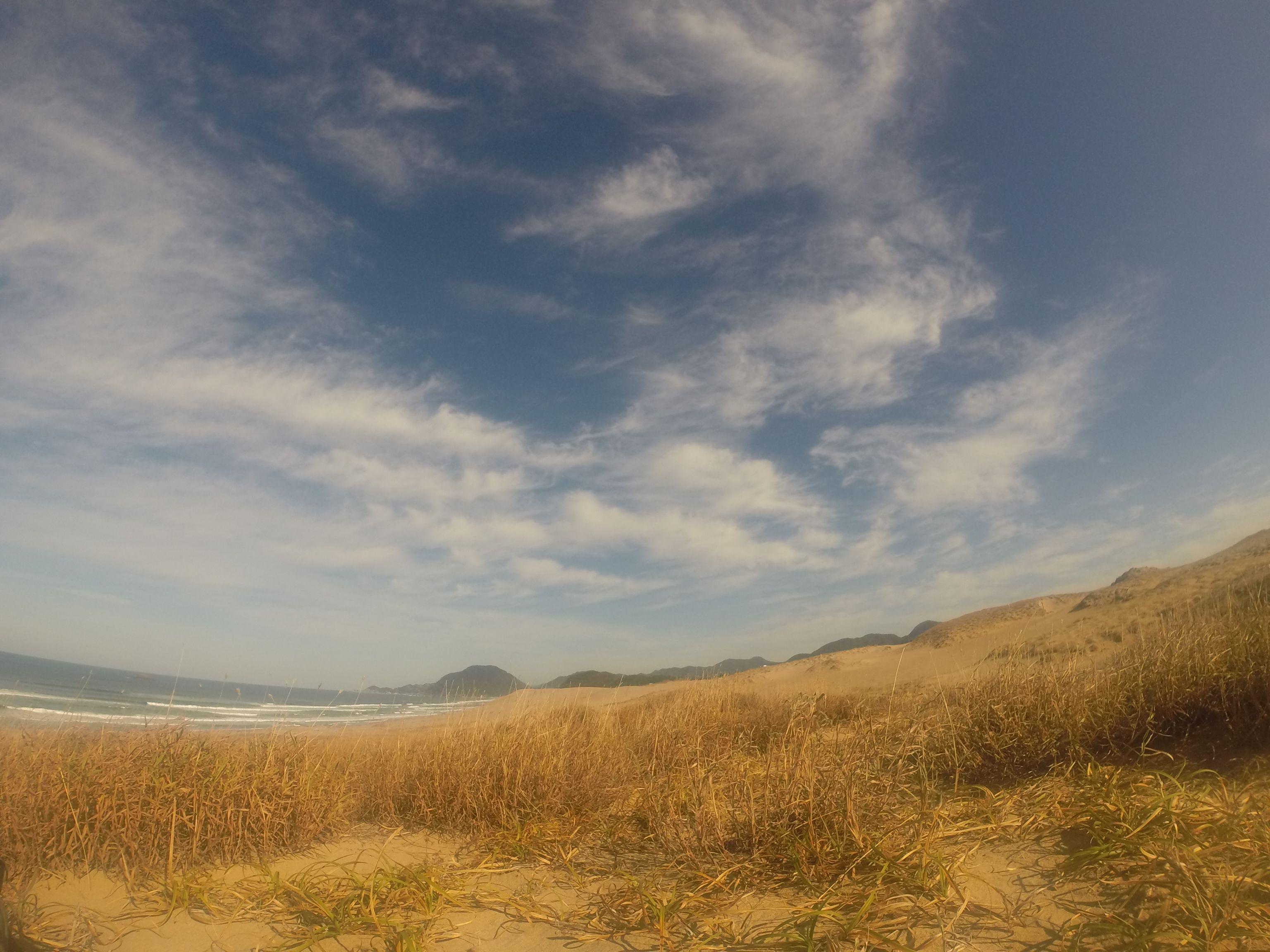 青空と白い雲のコントラストがきれいな鳥取砂