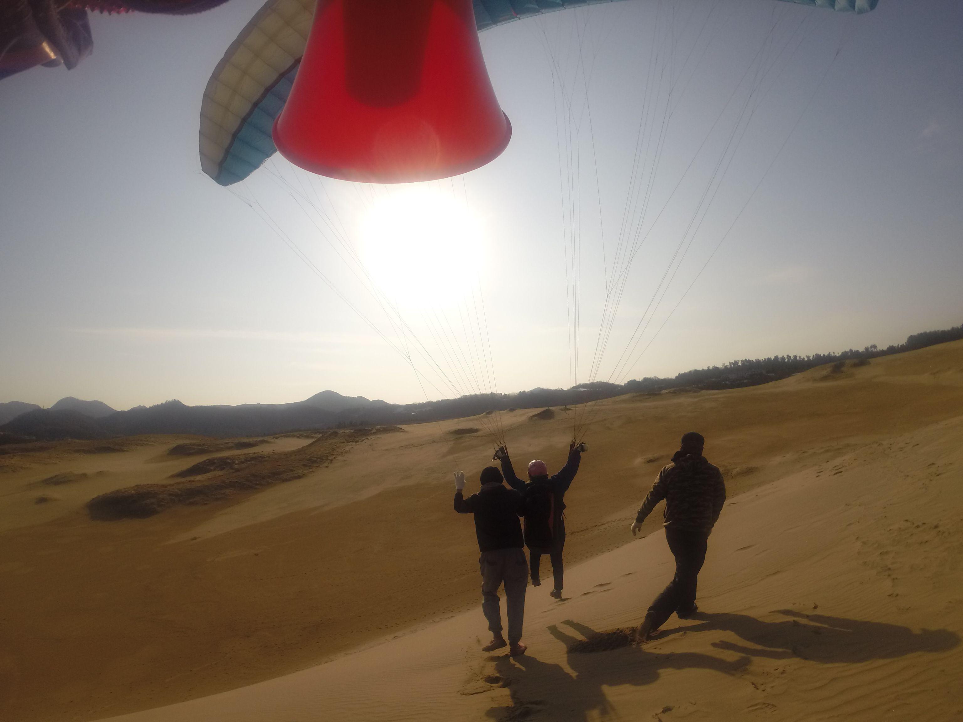 南斜面から勢いよく飛び出すパラグライダー