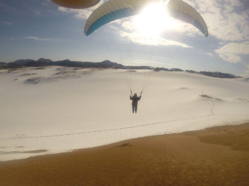 晴れた冬の鳥取砂丘でパラグライダー