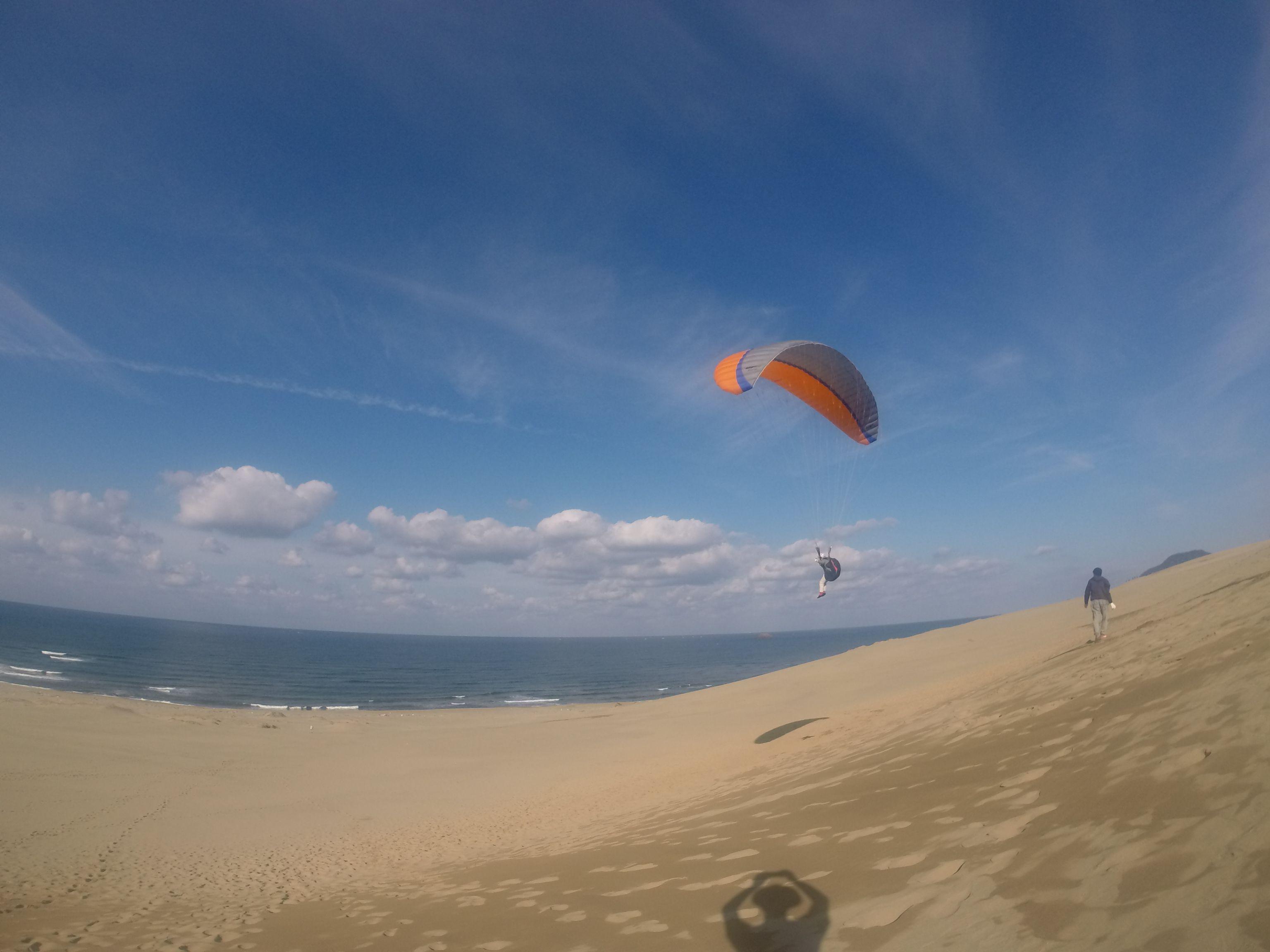 爽快な青空をバックに、ゆったりのんびり飛行する