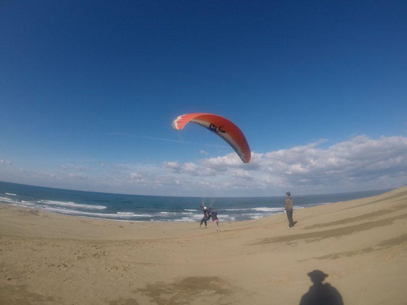美しい日本海と青空に向かってパラグライダー三昧