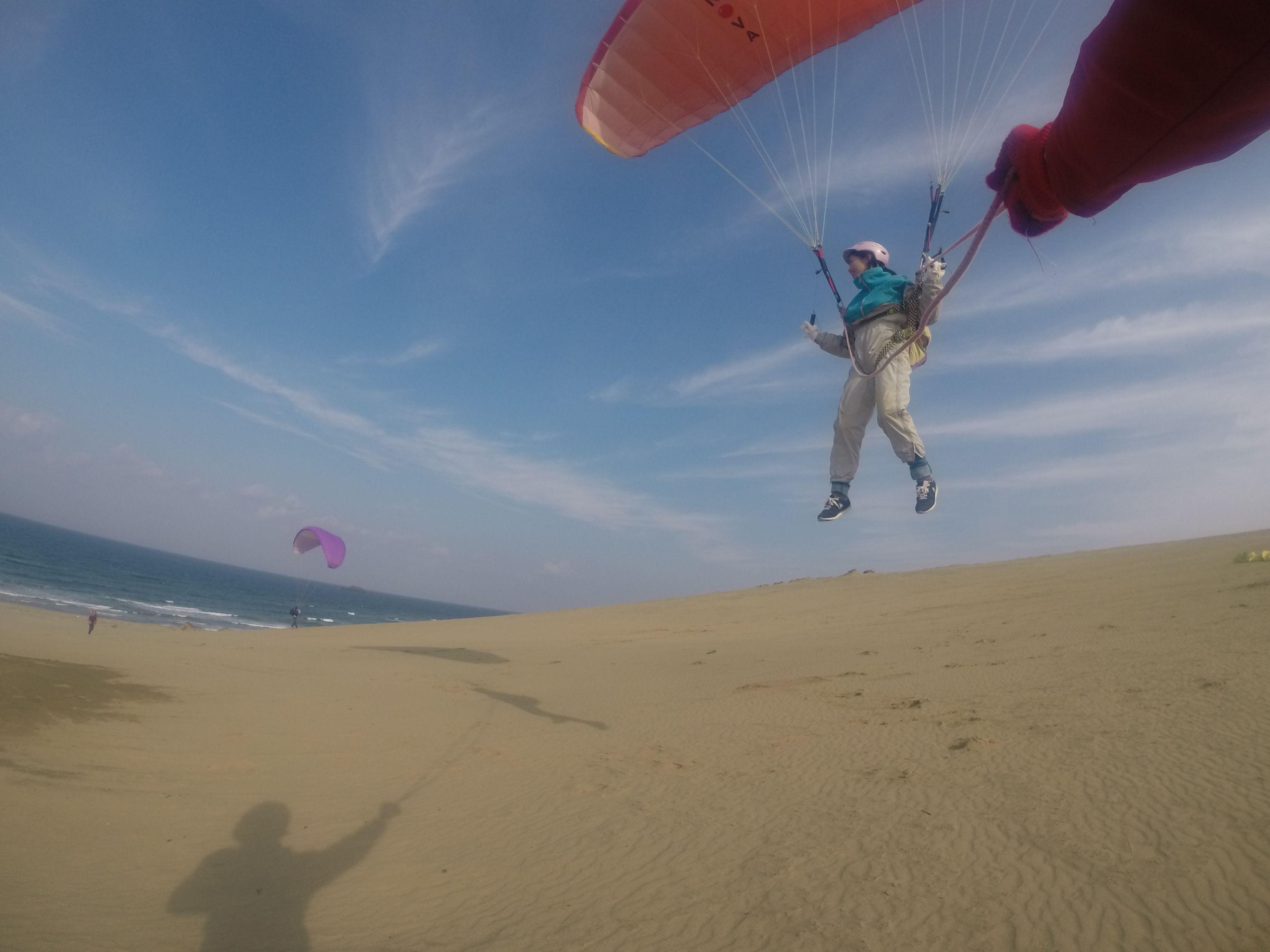お仲間と一緒に、鳥取砂丘の空を楽しむ