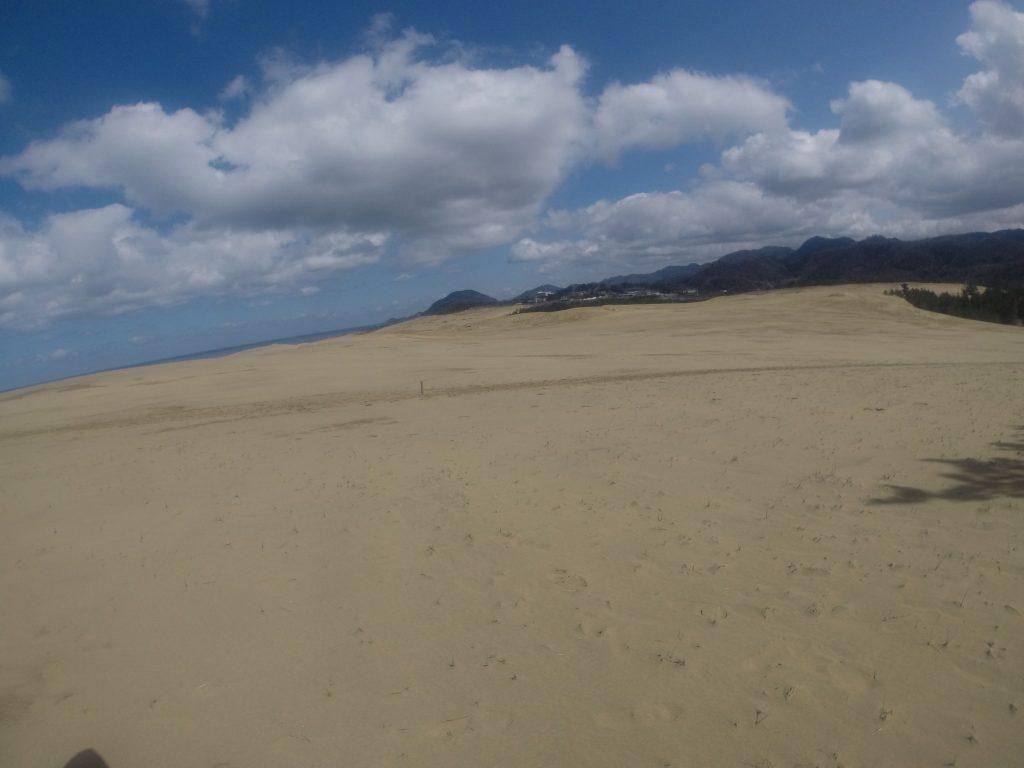 みるみる明るい空になってきた鳥取砂丘