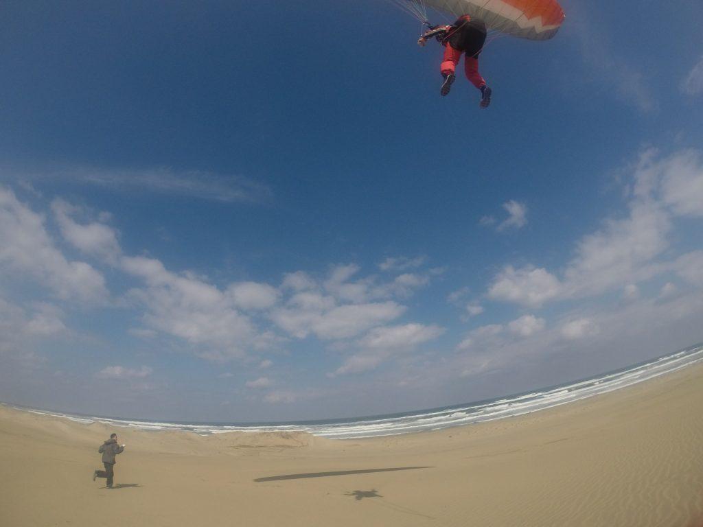 海岸近くまで豪快に飛んだパラグライダー
