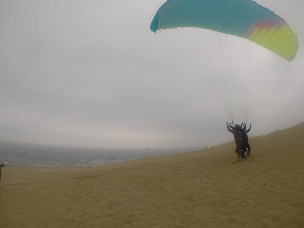 のちに風が収まってからは、再びパラグライダーで
