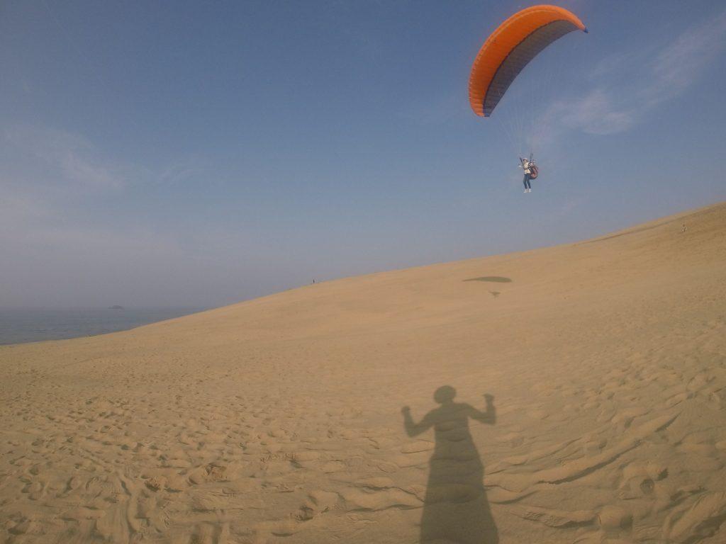 滑り降りるように飛ぶパラグライダー