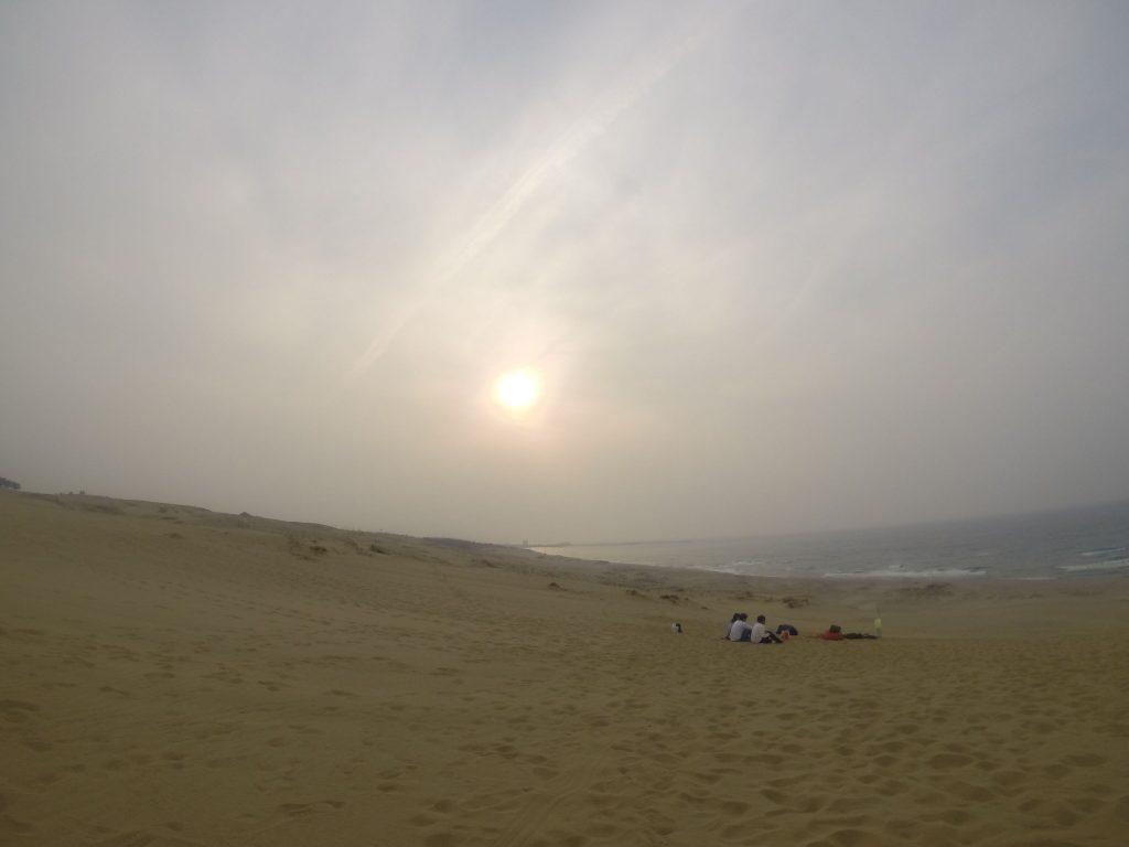 ぼんやりした曇り空になった鳥取砂丘