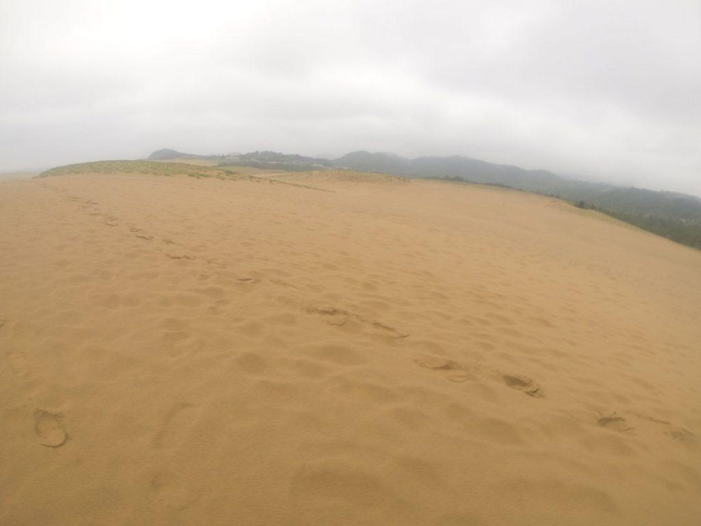 すっかり雲に覆われている鳥取砂丘