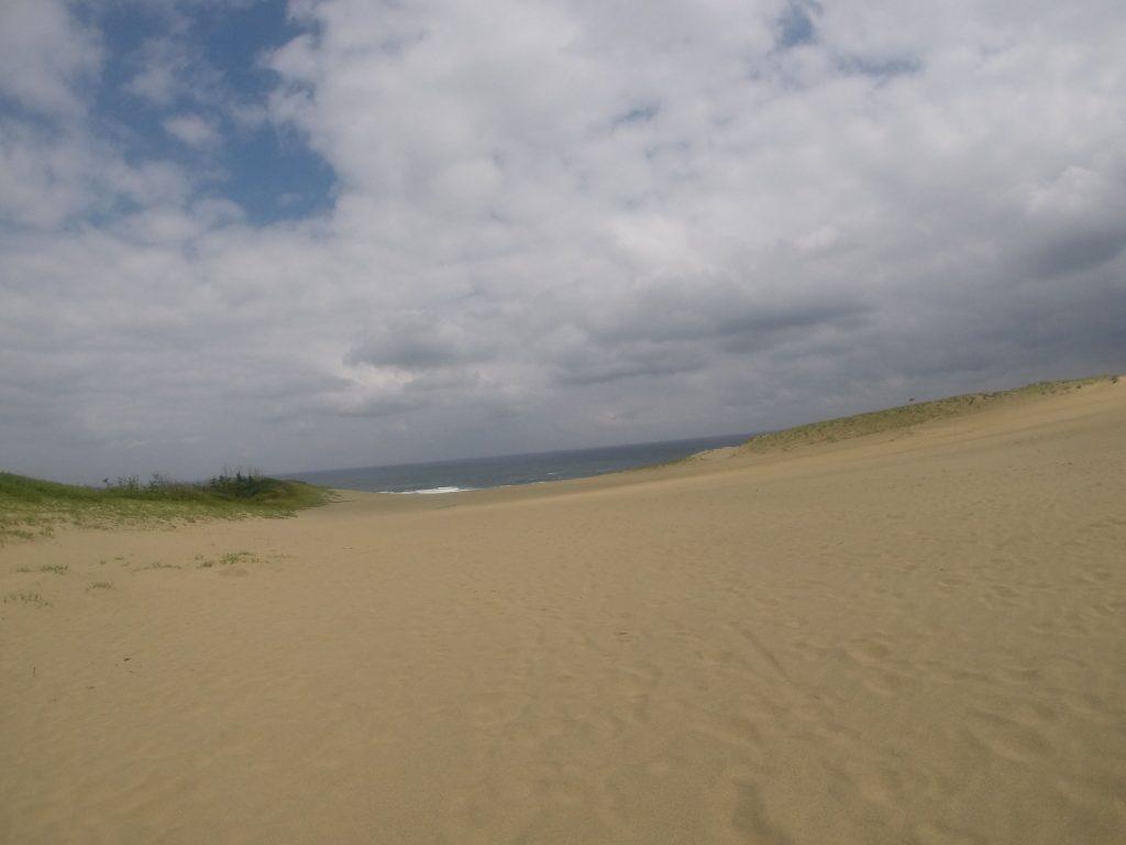 たまに薄日が差す鳥取砂丘