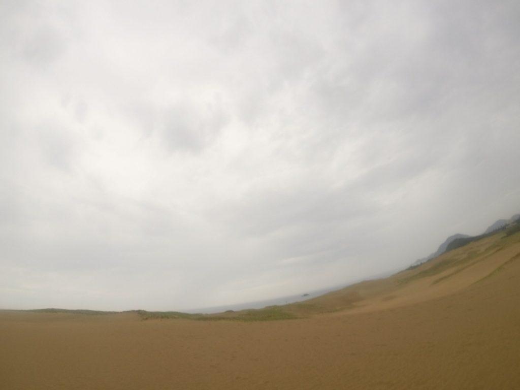 どんより曇った空の鳥取砂丘