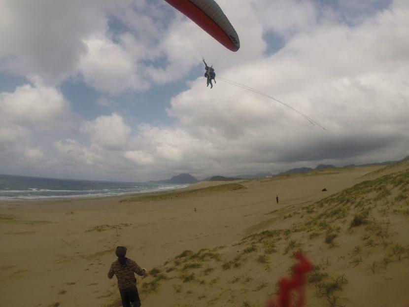 強めの風をしっかり受け止め、大空を駆け巡る