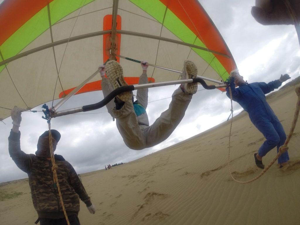 風が強いときの定番、まずはハンググライダーで小手調べ