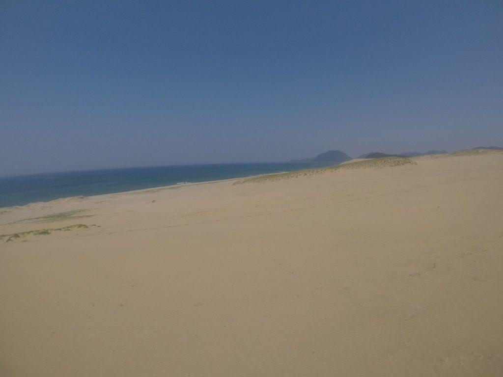 美しい空と砂と海のコントラスト