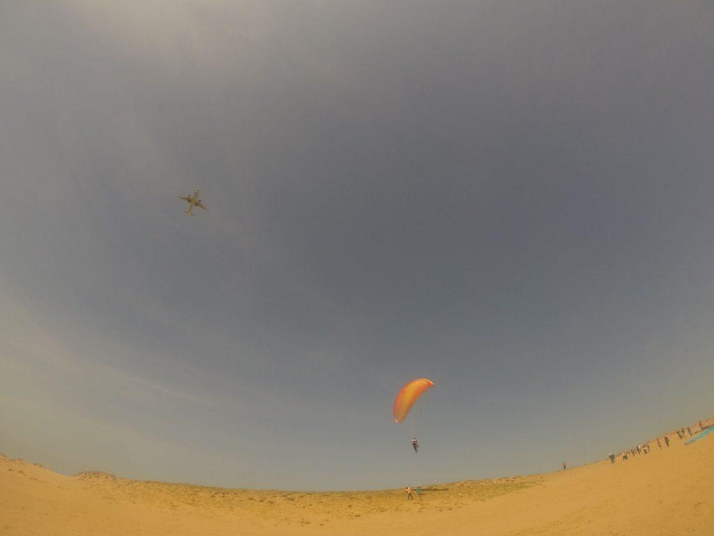 飛行機と一緒に飛ぶパラグライダー