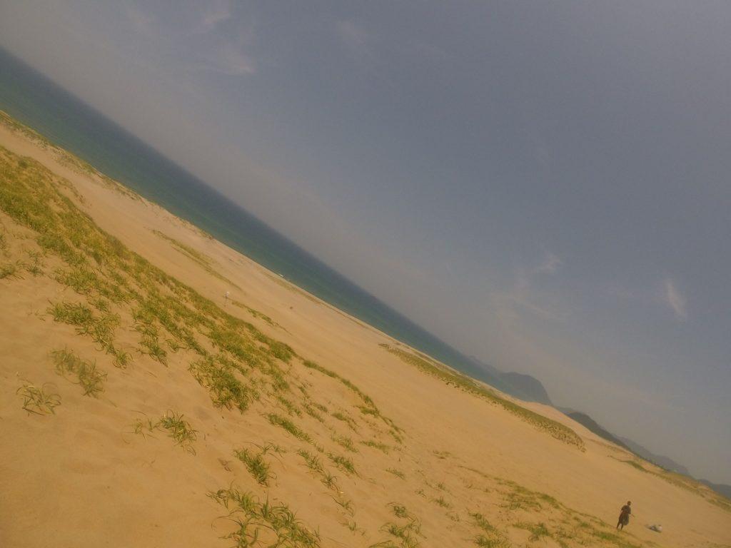 真夏日を予感させる鳥取砂丘