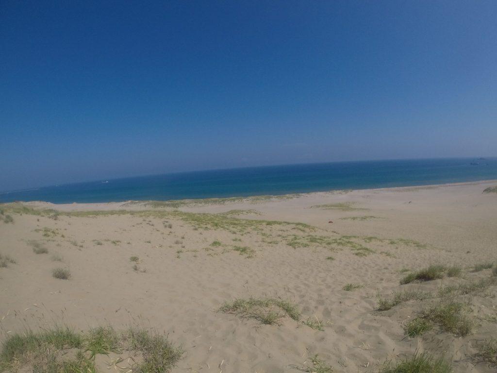 青い空と青い海が広がる鳥取砂丘