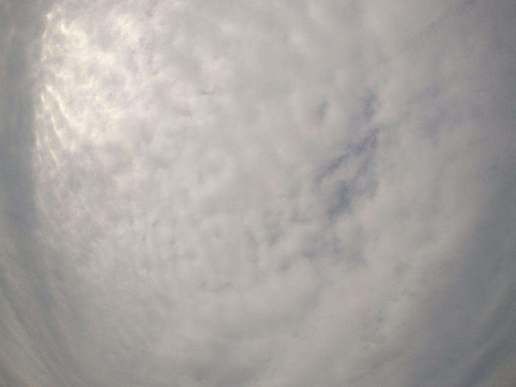 うっすら日差しが届く鳥取砂丘