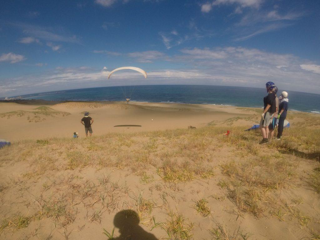 目の前の海に向かって、す~っと静かに滑空するパラグライダー