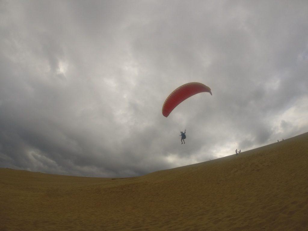 丘のてっぺんから、す~っと滑翔するパラグライダー