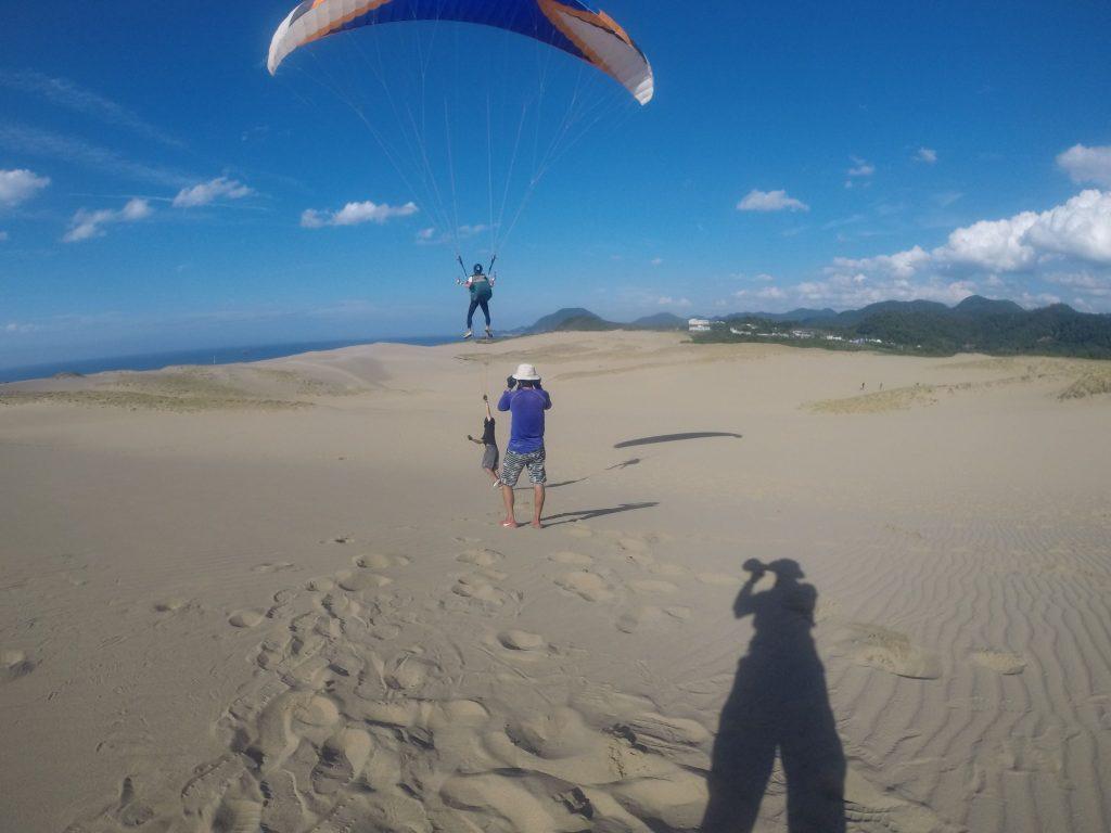 雄大に広がる鳥取砂丘を眺めながら、風に乗る感覚を味わいました