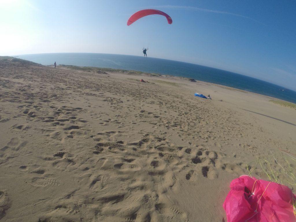 遠くの水平線目指して、ぐんぐん飛んでいくパラグライダー