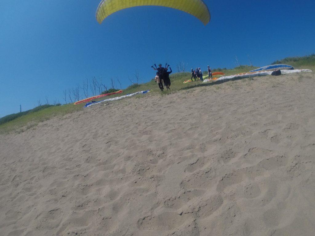 程よい強さの安定した風を利用して、ほんの数歩で空へ旅立つ