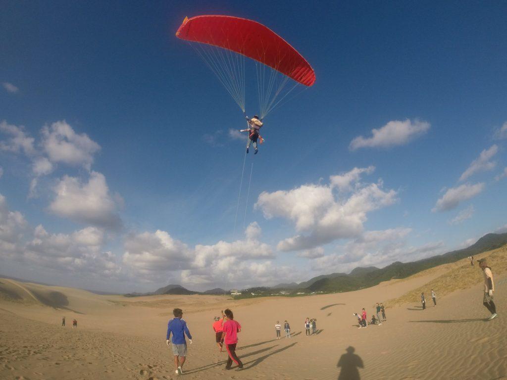 風紋がえんえんと続く雄大な砂丘を、空高くから眺めました♪