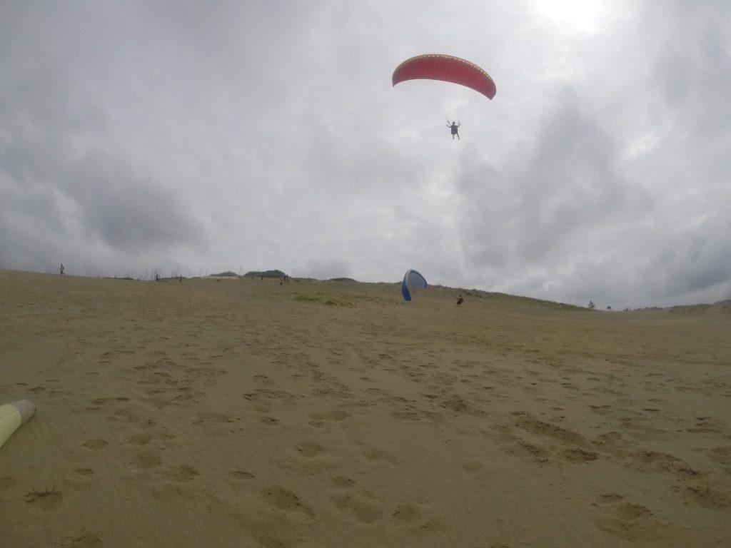 うまく風をつかまえた人は、高く、そして遠くへ飛べました