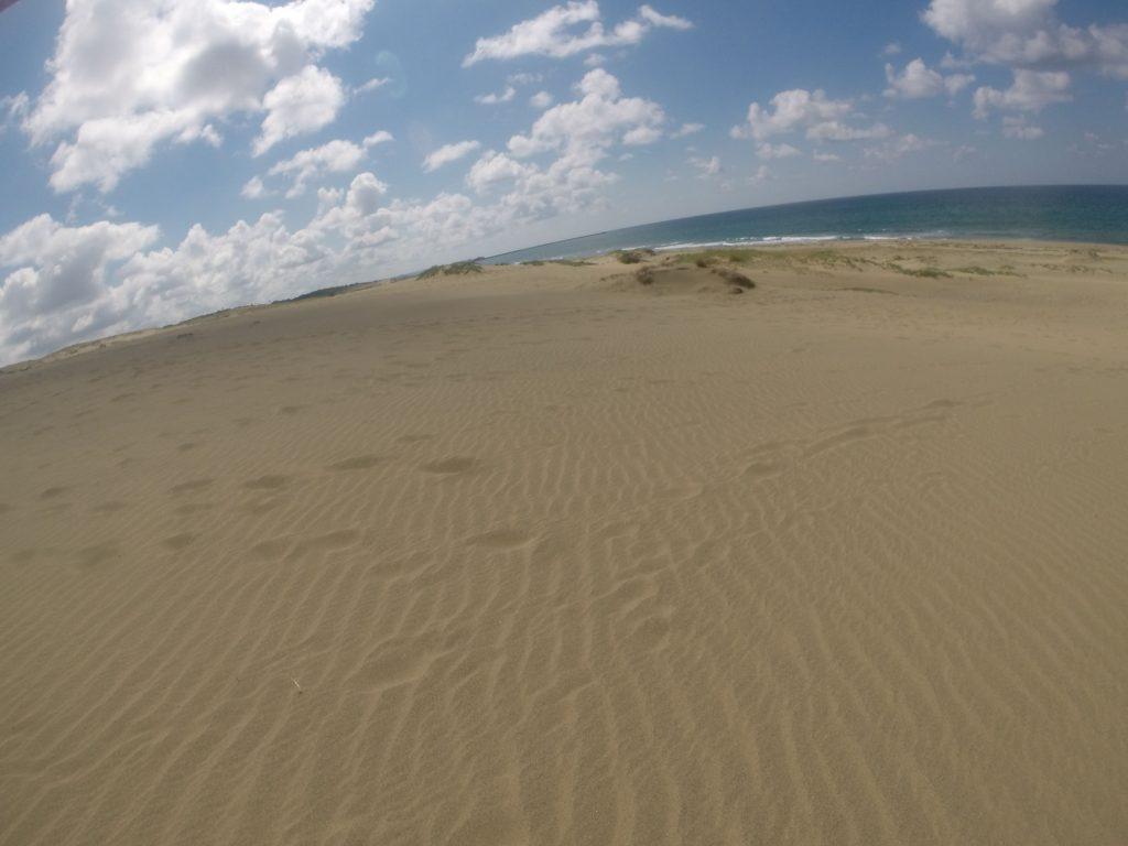 白い雲の連なりと、澄み切った景色の鳥取砂丘