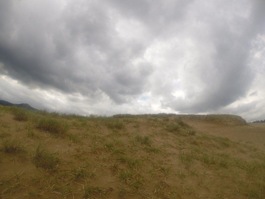 東風がピューピュー吹いて肌寒い鳥取砂丘