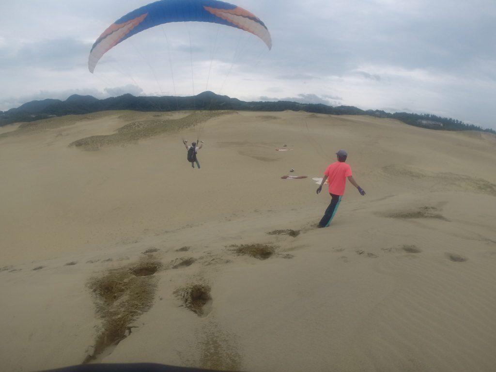 風に乗ること数秒…、スタッと着地を決めます