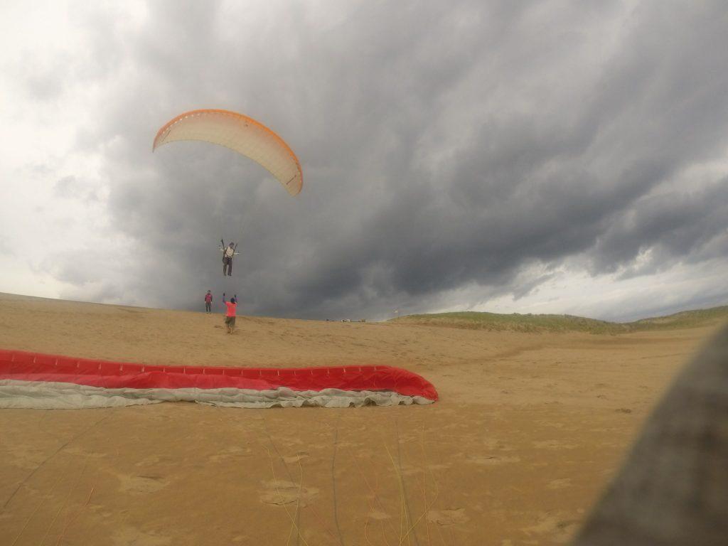 斜面に沿って駆け上ってくる風を利用して、ふんわり空中浮遊