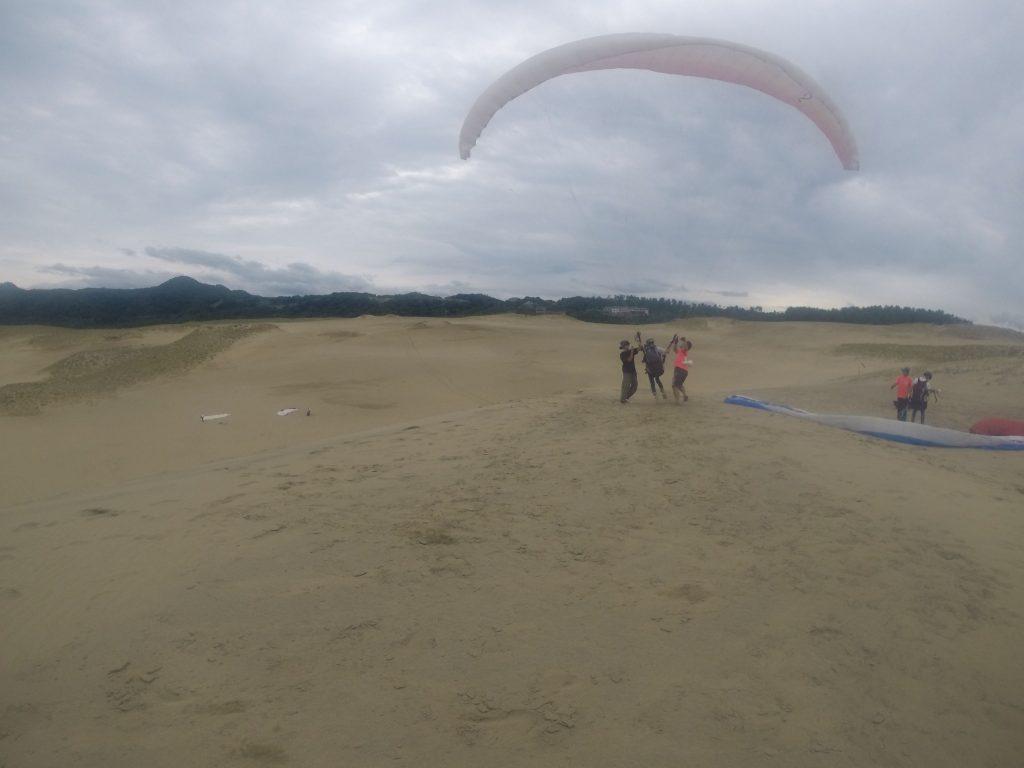 鳥取砂丘の中心にむかって、空への第一歩を踏み出す