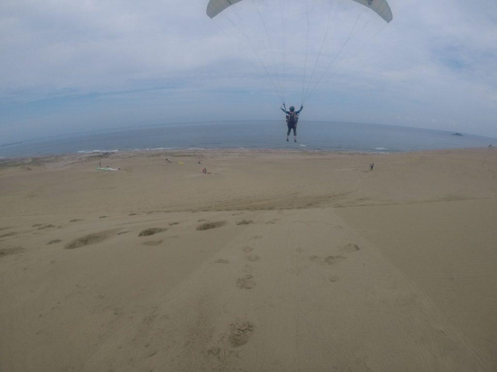 するする~っと海に向かって進んでいくパラグライダー