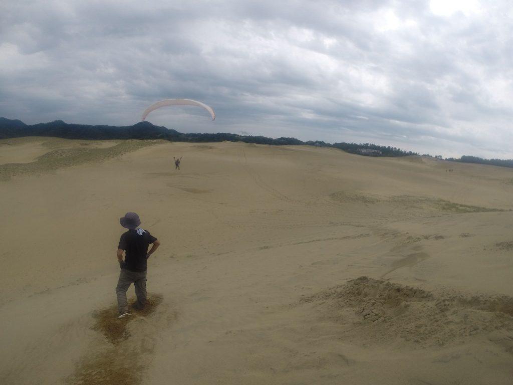 すうっ~と風に乗って、静かに進んでいくパラグライダー