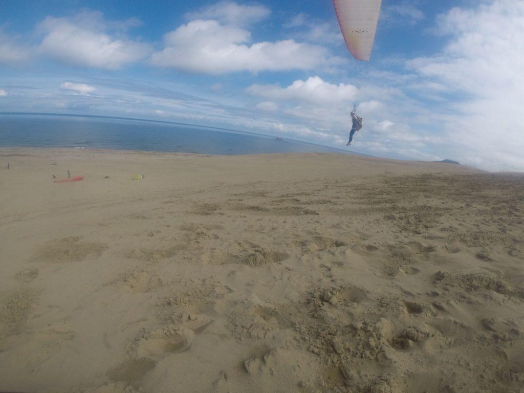 ほとんど揺れを感じないまま、静か~に空中を進んでいくパラグライダー