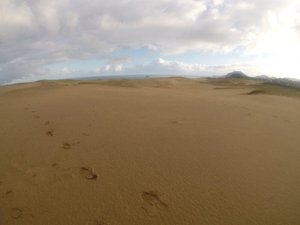 秋らしく涼やかな朝を迎えた鳥取砂丘
