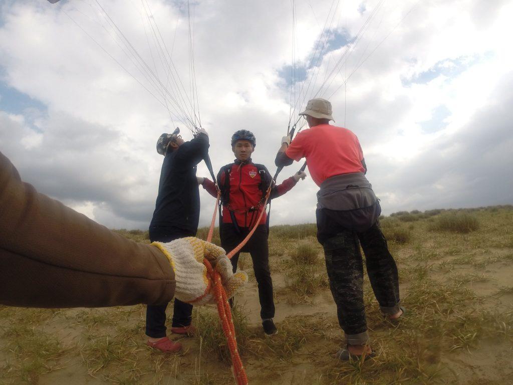 出だしは風が弱めだったので、パラグライダーを挑戦