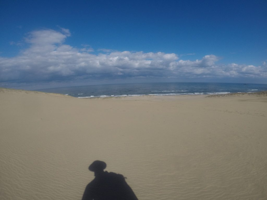 特に朝はキレイな青空が広がった鳥取砂丘